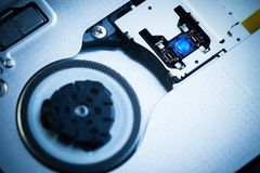 Chiuda - sulla lente della testa del laser dell'azionamento ottico immagini stock libere da diritti