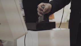 Chiuda sulla leva di comando del comando manuale della galleria Chiuda sulla mano che gioca il videogioco arcade stock footage