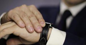 Chiuda sulla mano del ` s dell'uomo con un orologio stock footage