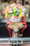 Chiuda sulla mano della bicicletta e sul fuoco selettivo dei fiori attuali Fotografia Stock Libera da Diritti