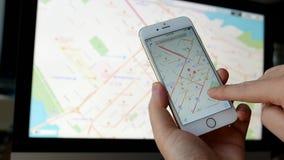 Chiuda sulla mano facendo uso della mappa di Google stock footage