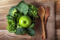 chiuda sulla mela verde con la verdura verde mista in un canestro e Fotografia Stock Libera da Diritti