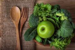 chiuda sulla mela verde con la verdura verde mista in un canestro e Immagine Stock Libera da Diritti
