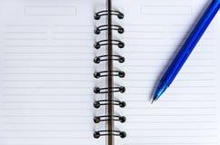 Chiuda sulla penna con il taccuino Immagini Stock
