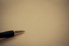 Chiuda sulla penna su carta, con lo spazio della copia per testo Immagine Stock Libera da Diritti