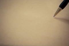 Chiuda sulla penna su carta, con lo spazio della copia per testo Fotografie Stock