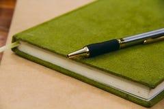 Chiuda sulla penna sul taccuino, stile d'annata Fotografia Stock