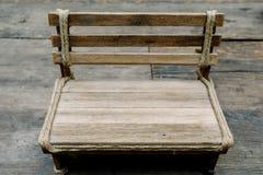 Chiuda sulla piccola sedia di legno Fotografia Stock