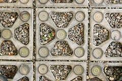 Chiuda sulla pietra del fondo di struttura le pietre ornamentali hanno allineato sulla terra nel parco fotografie stock