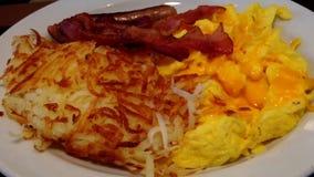 Chiuda sulla prima colazione dell'omelette dell'amante della carne video d archivio