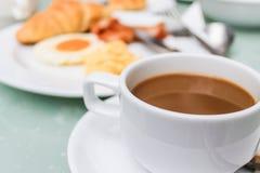 Chiuda sulla prima colazione e sul caffè. Fotografia Stock