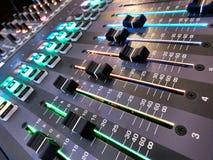 Chiuda sulla prospettiva unica dei faders del sistema acustico immagine stock libera da diritti