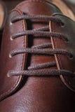 Chiuda sulla scarpa degli uomini del cuoio di Brown Fotografie Stock