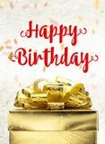 Chiuda sulla scatola attuale dorata con la parola e il confett di buon compleanno Fotografie Stock Libere da Diritti