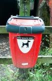 Chiuda sulla scatola rossa per eliminazione dei rifiuti del cane fotografia stock libera da diritti