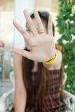 Chiuda sulla signora asiatica danno la mano di arresto. Fotografia Stock Libera da Diritti