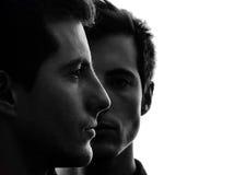 Chiuda sulla siluetta degli amici del fratello gemello degli uomini del ritratto due Immagini Stock Libere da Diritti