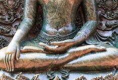 Chiuda sulla statua buddista Fotografia Stock