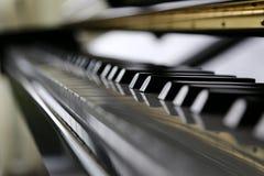 Chiuda sulla tastiera di piano Fotografia Stock