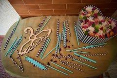 Chiuda sulla tavola con gli accessori weding Fotografie Stock