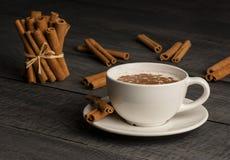 Chiuda sulla tazza bianca della bevanda calda lattea del salep della Turchia con la polvere della cannella Fotografie Stock