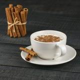 Chiuda sulla tazza bianca della bevanda calda lattea del salep della Turchia con la spezia sana della polvere della cannella sul  Fotografia Stock Libera da Diritti