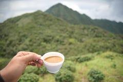 Chiuda sulla tazza di caffè della plastica della tenuta della mano Fotografie Stock Libere da Diritti