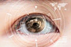 Chiuda sulla tecnologia di esame dell'occhio di marrone delle donne nel futuristico, Fotografia Stock Libera da Diritti