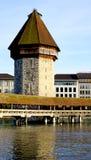 chiuda sulla torre e sul ponte di legno della cappella in Lucerna immagine stock libera da diritti