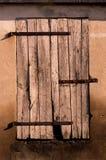 Chiuda sulla vecchia porta del granaio della ruggine nel terreno coltivabile dell'agricoltura Fotografia Stock