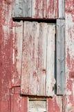 Chiuda sulla vecchia porta del granaio della ruggine nel terreno coltivabile dell'agricoltura Fotografia Stock Libera da Diritti