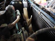 Chiuda sulla ventola di raffreddamento in vecchio motore di automobile fotografie stock