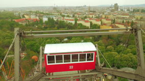 Chiuda sulla vista aerea della ruota di ferris dalla terra, Vienna, Austria video d archivio