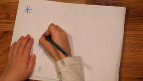 Chiuda sulla vista al disegno della mano del bambino su carta Il disegno delle stelle con si corregge archivi video