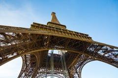 Chiuda sulla vista alla torre Eiffel a Parigi fotografie stock libere da diritti