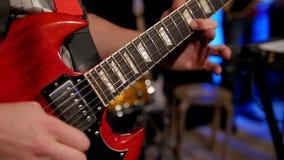 Chiuda sulla vista chitarra dei giochi del chitarrista di elettro in night-club archivi video