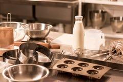 chiuda sulla vista degli ingredienti per gli utensili della cucina e della pasta sul contatore in ristorante immagini stock libere da diritti