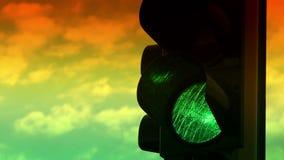 Chiuda sulla vista dei colori verdi e gialli sul semaforo video d archivio