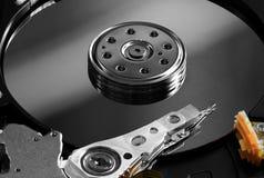 Chiuda sulla vista dei internals di un disco rigido Fotografie Stock