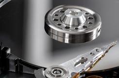 Chiuda sulla vista dei internals di un disco rigido meccanico Immagini Stock