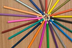 Chiuda sulla vista dei pastelli Paesaggio della caduta Matite colorate su priorità bassa di legno Immagini Stock