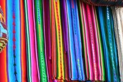 Chiuda sulla vista dei tessuti maya nazionali vibranti Fotografia Stock
