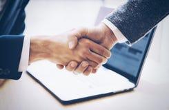 Chiuda sulla vista del concetto della stretta di mano di associazione di affari Processo di handshake dell'uomo d'affari della fo fotografie stock libere da diritti