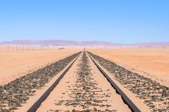 Chiuda sulla vista del dettaglio delle piste del treno che conducono attraverso il deserto vicino alla città di Luderitz in Namib Fotografie Stock