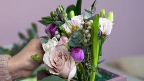 Chiuda sulla vista del fiore perfetto che sistema con le rose, i eustomas, i giacinti, la peonia e le foglie dell'eucalyptus video d archivio