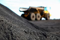 Chiuda sulla vista del minerale metallifero del manganese con l'autocarro con cassone ribaltabile di estrazione mineraria nei pre fotografia stock