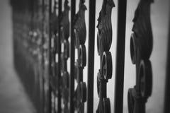 Chiuda sulla vista del recinto del metallo, grata forgiata ferro nero dipinta intorno al giardino Fotografie Stock Libere da Diritti