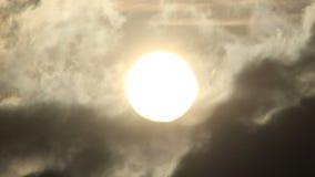 Chiuda sulla vista del sole nel timelapse archivi video
