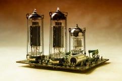 Chiuda sulla vista dell'amplificatore della valvola sul fondo della carta kraft nei colori caldi Immagine Stock