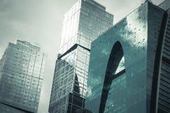 Chiuda sulla vista dell'edificio per uffici moderno fotografie stock